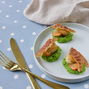 SCALLOPS ON A MINTED PEA PUREE